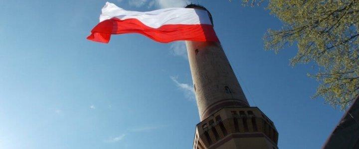 Świnoujście. Największa flaga Polski na najwyższej latarni morskiej.