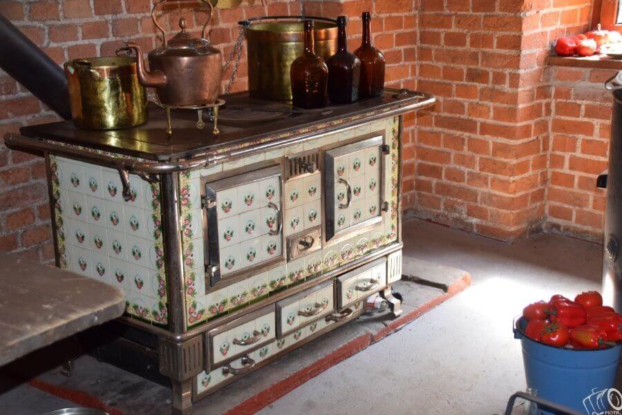"""4. Na zdjęciu zabytkowa kuchnia i dawne naczynia do gotowania. Takie """"cuda"""" można m.in. zobaczyć w Forcie Gerharda. (fot. Fort Gerharda)."""