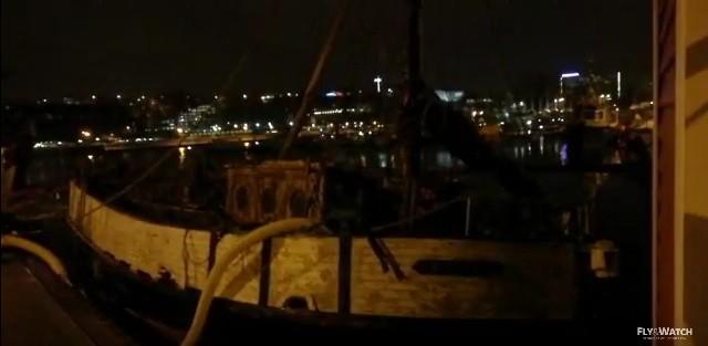 Zatopiony jacht wydobyty z dna gdyńskiej mariny (wideo)
