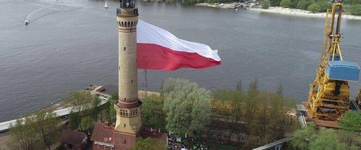 Największa flaga w Polsce na latarni morskiej w Świnoujściu