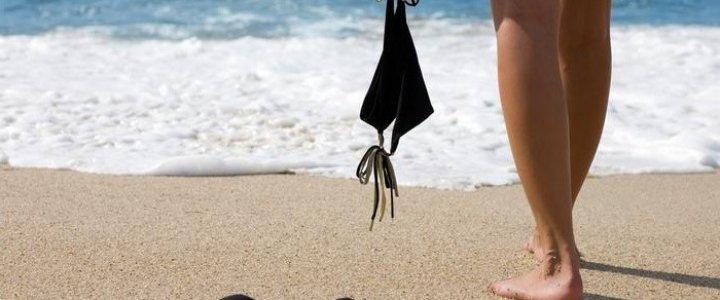 Polacy coraz chętniej odwiedzają plaże dla nudystów.
