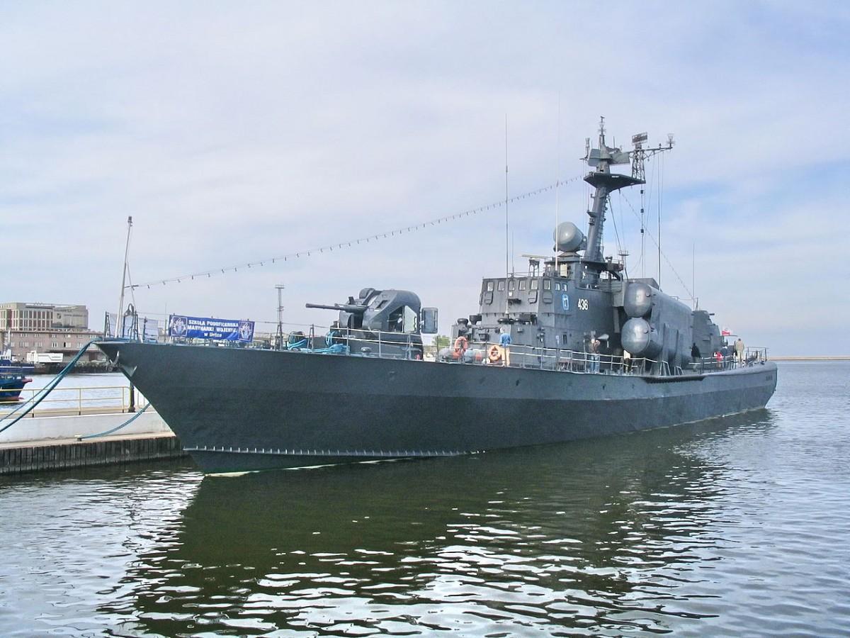 Okręt rakietowy ORP Metalowiec zaczął nabierać wody