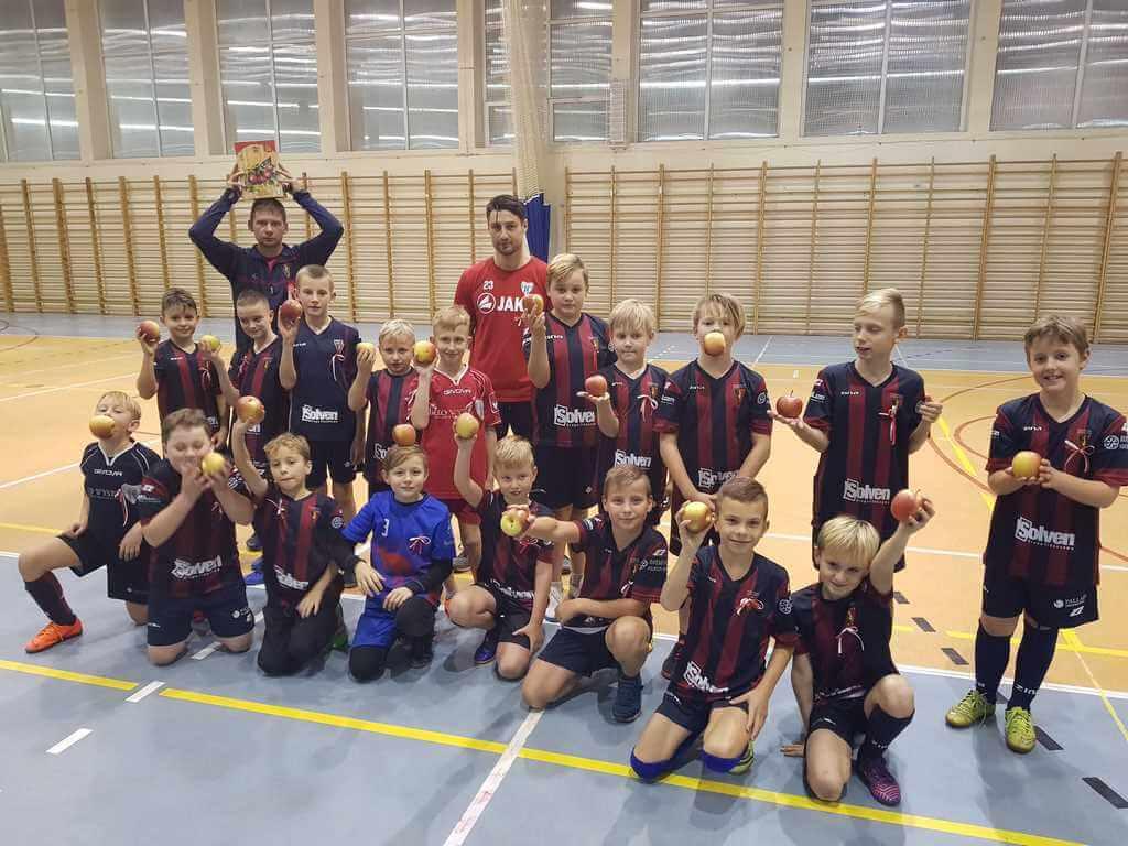 Młodzi piłkarze MKS Flota aktywnie włączyli się w obchoy setnej rocznicy odzyskania niepodległości.