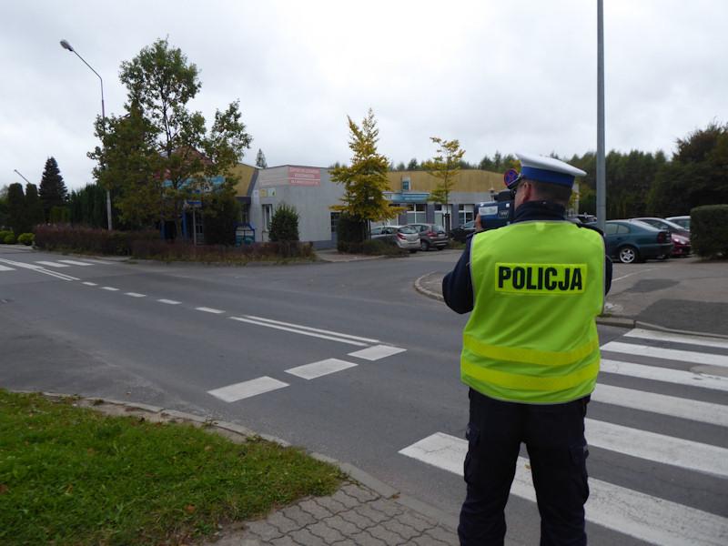 Policjanci kontrolują prędkość w rejonie szkół