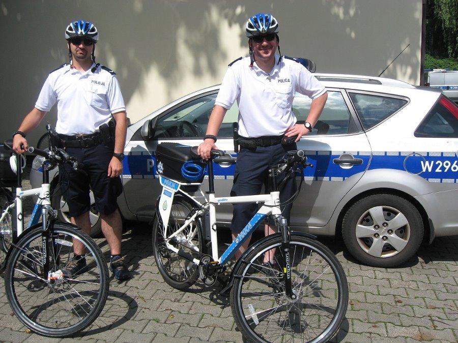 Świnoujscy policjanci na elektrycznych rowerach