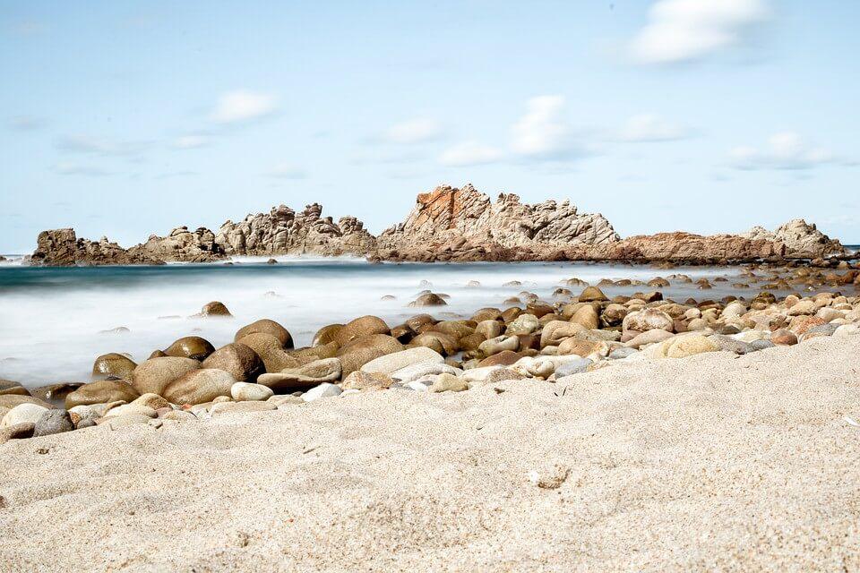 Ciekawostka. Do 6 lat więzienia grozi turystom za kradzież 40 kilogramów piasku z Sardynii