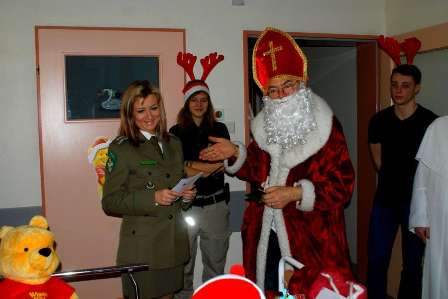 Strażnicy graniczni w orszaku Świętego Mikołaja