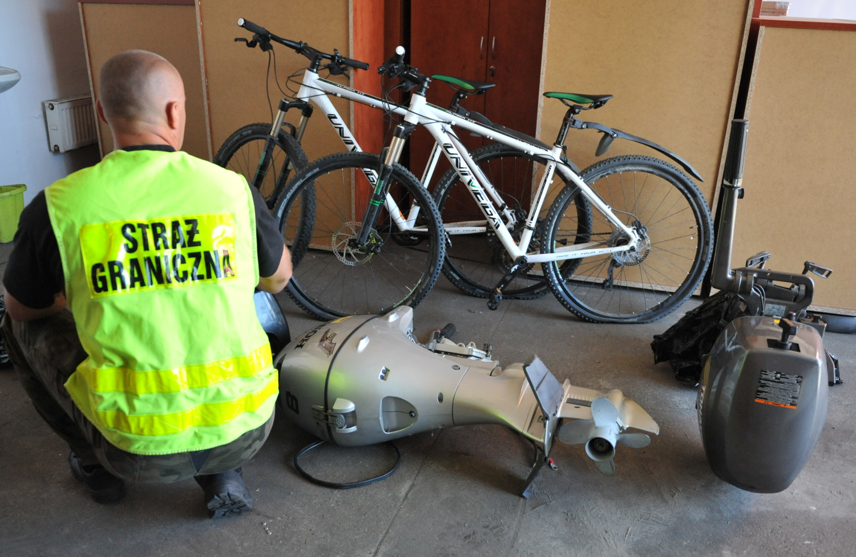 Podejrzane silniki i rowery na przeprawie w Świnoujściu