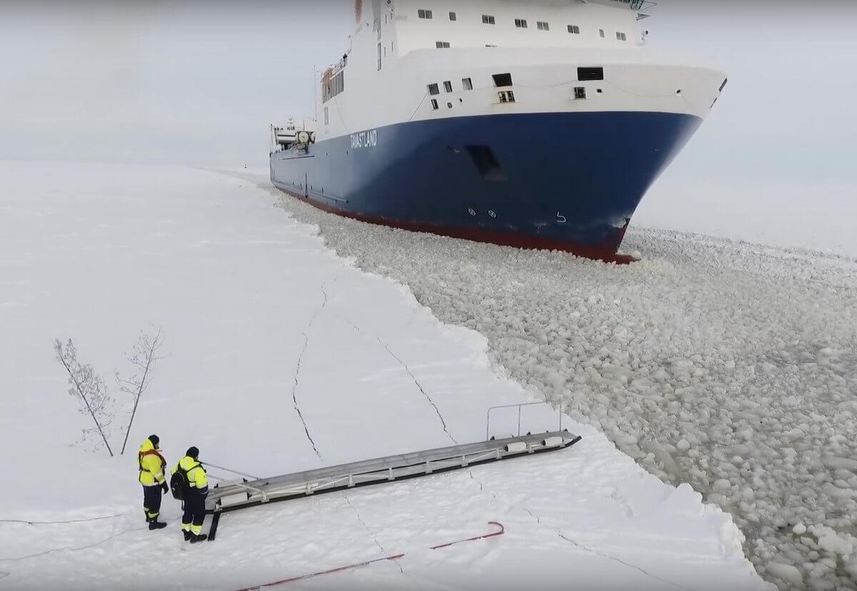 Ten film to hit internetu – kwintesencja pracy na morzu w zimowych warunkach [zobacz wideo]